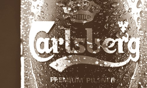 carlsberg use recyclable glue place plastic beer can rings